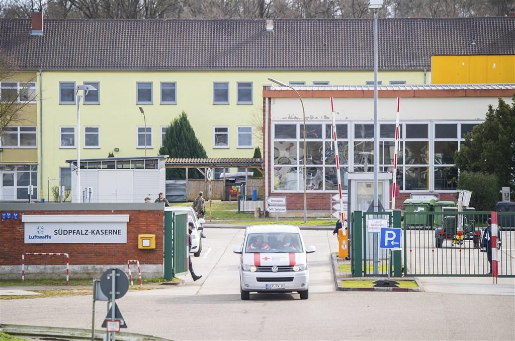 100多名從中國湖北省武漢市撤離的德國公民在法蘭克福機場附近軍事基地結束兩週隔離檢疫,無人感染武漢肺炎,16日獲准返家。(美聯社)