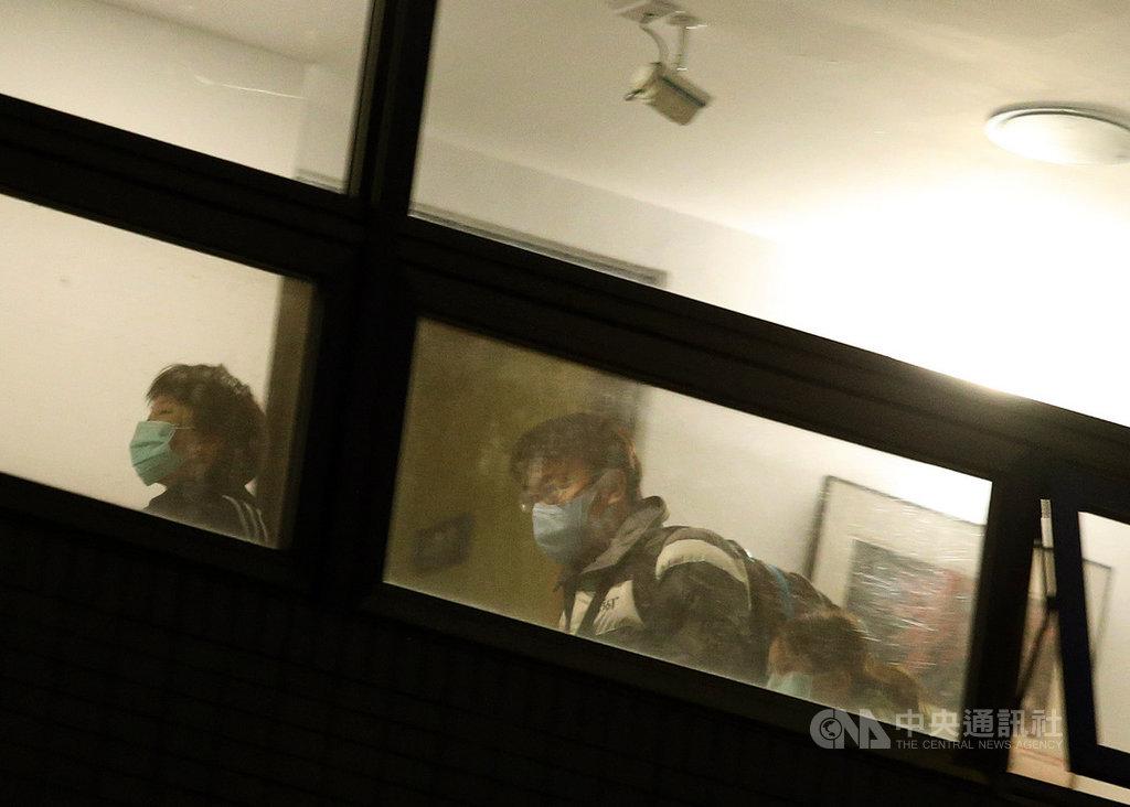 首批武漢包機返台台商的14天隔離期18日屆滿,247名台商中僅1人確診,246名台商可回家。18日早上6時過後台商陸續離開烏來檢疫所。中央社記者郭日曉攝 109年2月18日
