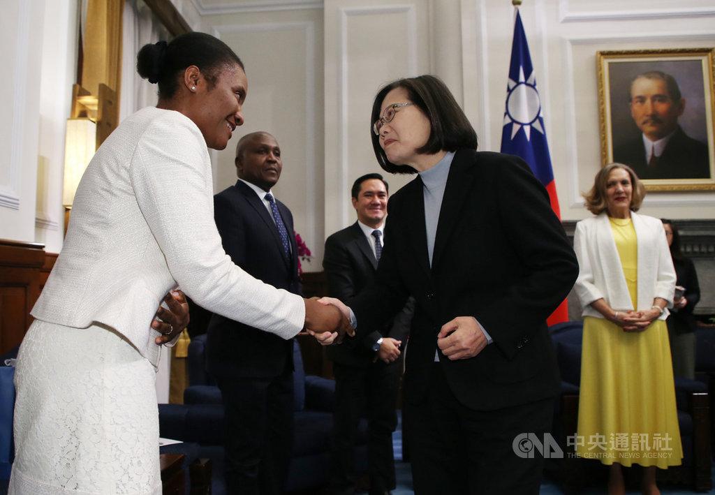 總統蔡英文(前右)18日在總統府接見友邦駐紐約聯合國常任代表訪團,感謝友邦在最重要場合持續為台灣發聲,讓全世界聽見台灣的聲音。中央社記者鄭傑文攝 109年2月18日