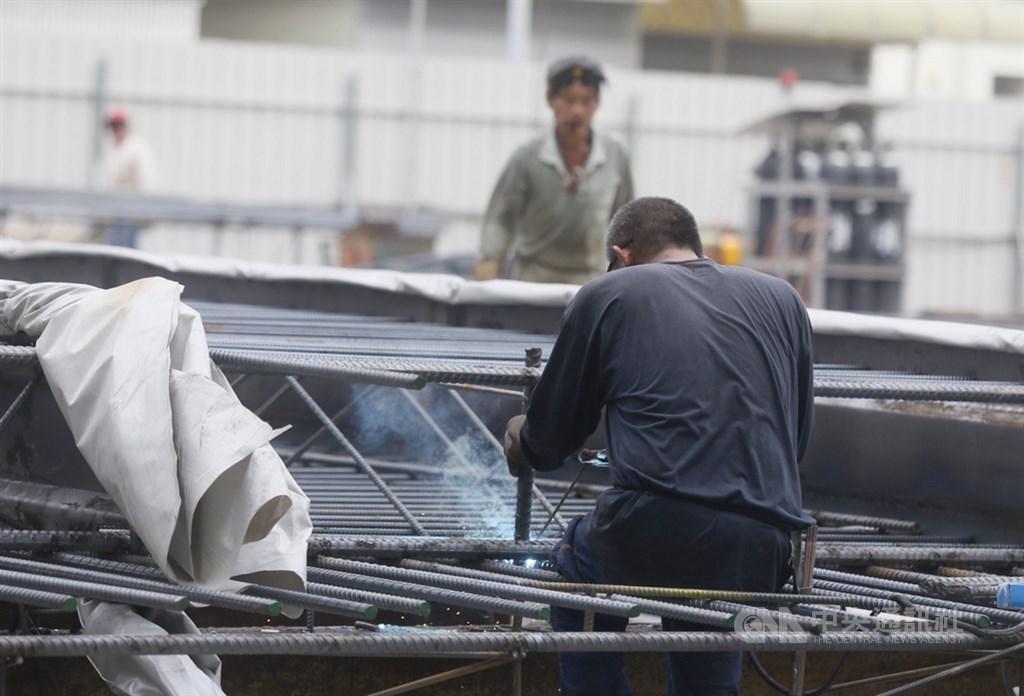 武漢肺炎衝擊國內企業經營,勞動部18日宣布將匡列5億預算用於充電再出發訓練計畫,補助事業單位辦訓費用最高新台幣350萬元。(中央社檔案照片)