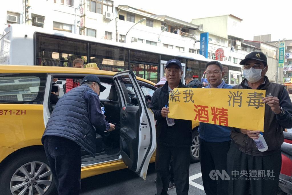 台南市議員蔡育輝(右2)媒合化學製藥公司提供一批酒精,讓計程車司機用來消毒,協助加強計程車的防疫工作。(蔡育輝提供)中央社記者楊思瑞台南傳真  109年2月18日