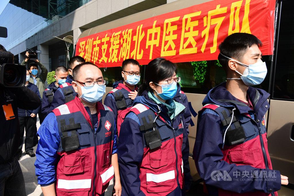 在武漢肺炎疫情中,中國官方有意強化中醫的重要性,還曾推薦藥方。圖為馳援湖北武漢的深圳中醫醫療隊。(中新社提供)中央社  109年2月18日