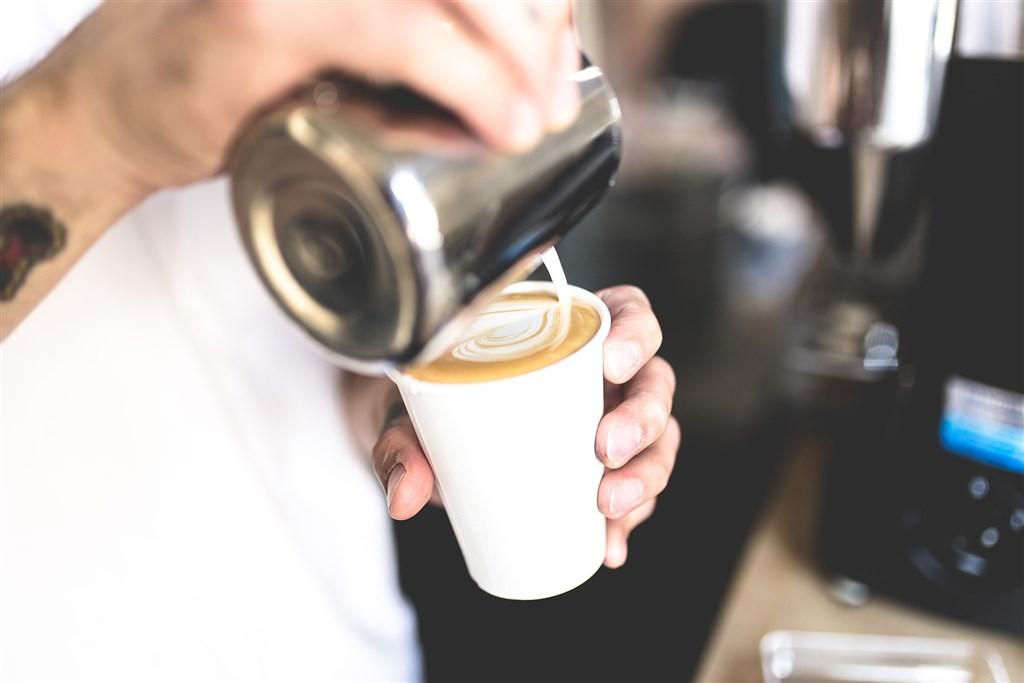 武漢肺炎疫情嚴峻,苗栗縣1名居家檢疫者戴口罩外出買咖啡,挨罰新台幣1萬元。(示意圖/圖取自Pixabay圖庫)
