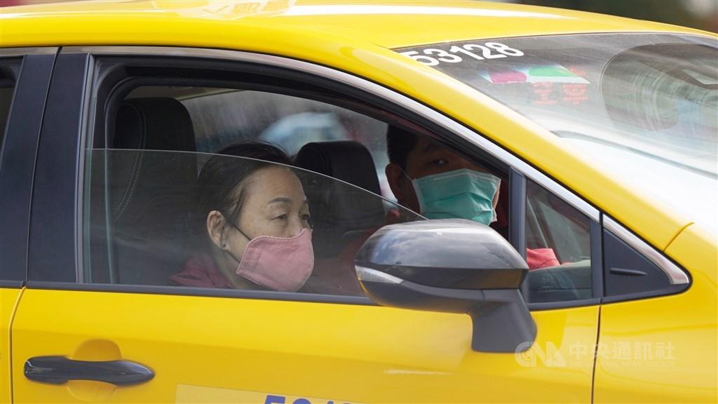 台灣出現暫找不到感染源的武漢肺炎死亡案例。台大醫師李秉穎18日說,武漢肺炎是飛沫傳染,一旦汽車開窗,在大量氣流吹動下,反而讓飛沫到處飄,只要戴好口罩,不需開窗通風。(示意圖/中央社檔案照片)