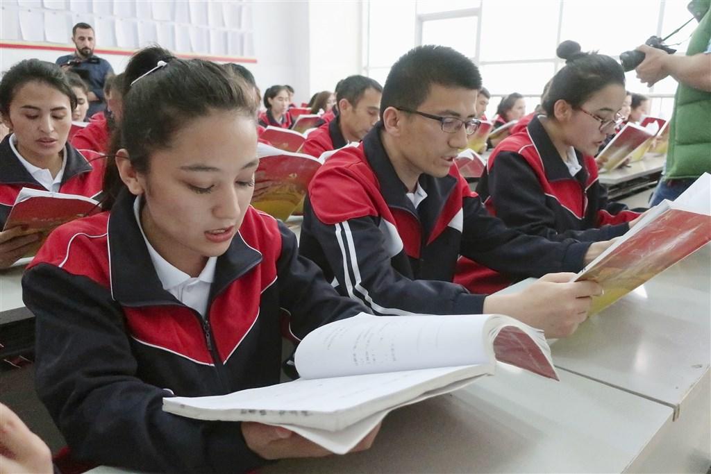 多家外媒17日引述一份據稱自新疆洩漏的文件,揭露中國新疆維吾爾人再教育營細節。這份檔案記錄311名被關入再教育營的維族人士,讓外界得以一窺中國聲稱打擊新疆極端主義罕為人知的一面。圖為新疆阿圖什市的再教育營。(檔案照片/共同社提供)
