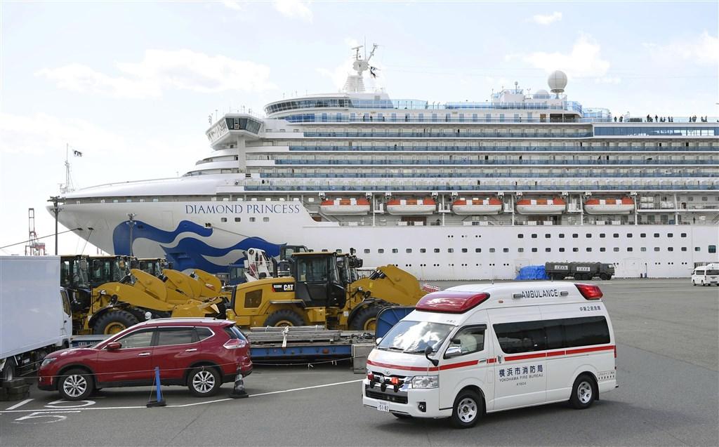 疫情指揮中心18日宣布,日本鑽石公主號(圖)列武漢肺炎感染區。(共同社提供)