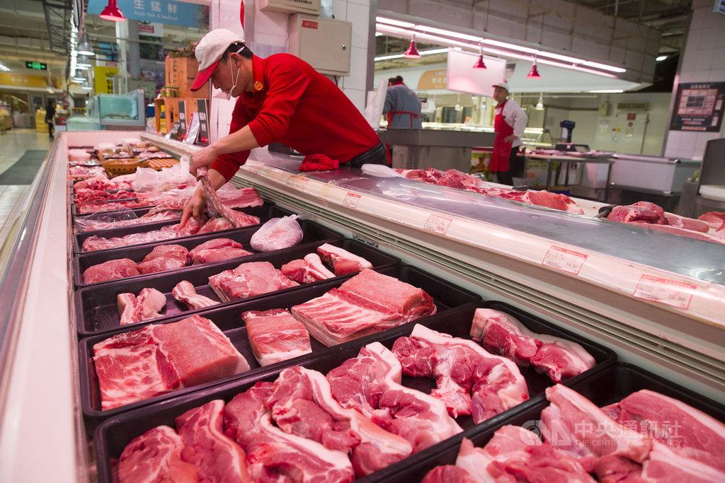 農科院農業政策中心研究員陳逸潔認為,雖然武漢肺炎疫情導致中國市場的消費力下降,但尚未平息的非洲豬瘟疫情與近期傳出的H5N1禽流感疫情,使購買美國豬肉及禽肉產品,可能成為中國實踐貿易承諾的機會。(中新社提供) 中央社 109年2月19日