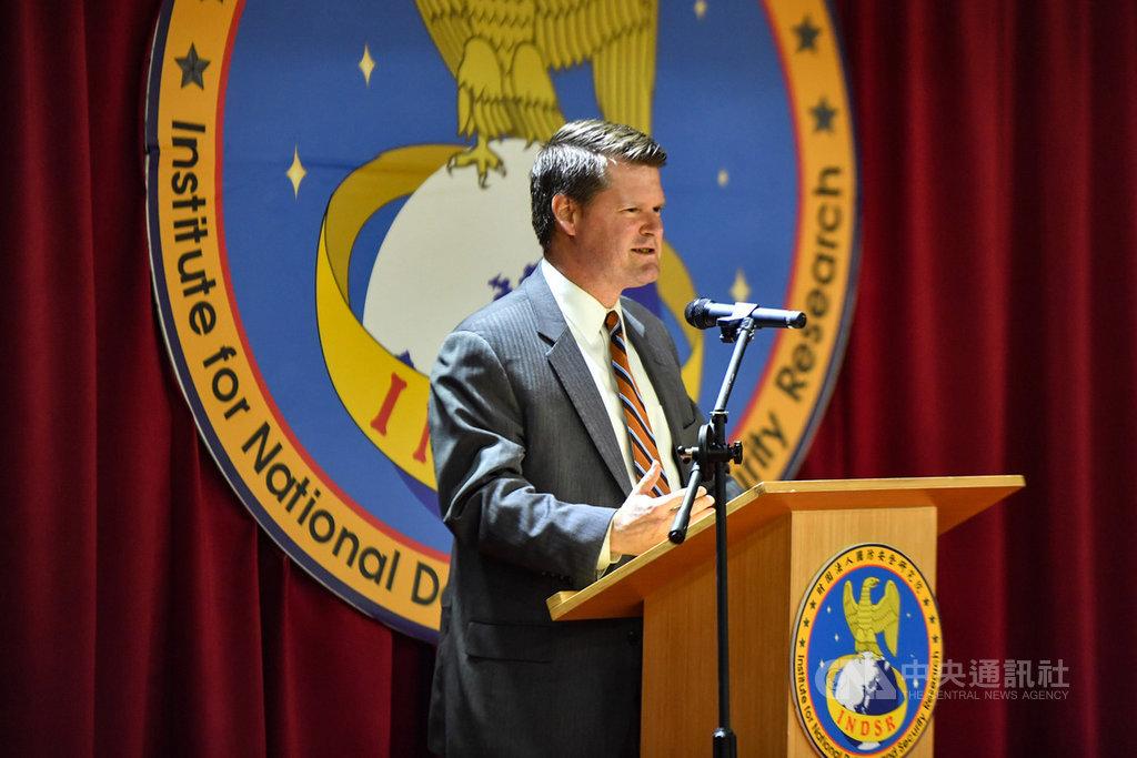 前美國國防部印太安全事務助理部長薛瑞福(Randall Schriver)訪台,19日在國防安全研究院以台美關係為主軸發表公開演說,強調美國與台灣將持續合作。中央社記者林俊耀攝 109年2月19日