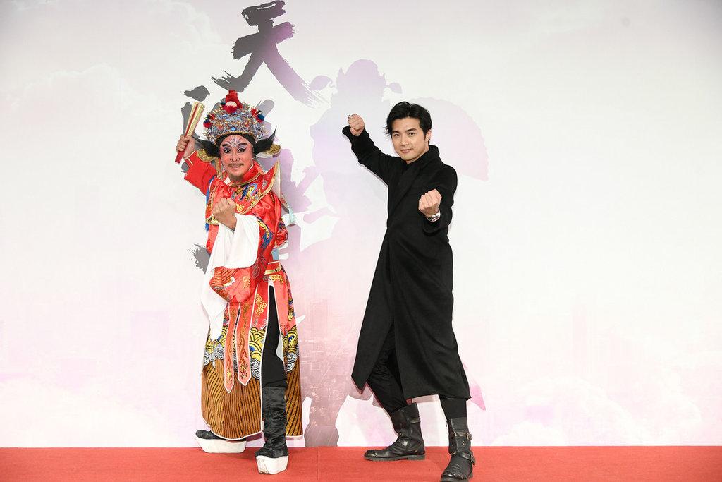 演員賀軍翔(右)將出演戲劇「天巡者」,在劇中擔綱演出鍾馗一角,他表示,為戲瘦身6公斤,回到13年前拍攝偶像劇的身形。(三立電視提供)中央社記者陳秉弘傳真 109年2月19日