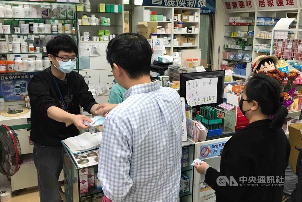實名制口罩販售20日起有新制,每家藥局的每日販售量倍增,成人從200片增到400片,且兒童每週能買的量也增為一週內4片。(中央社檔案照片)