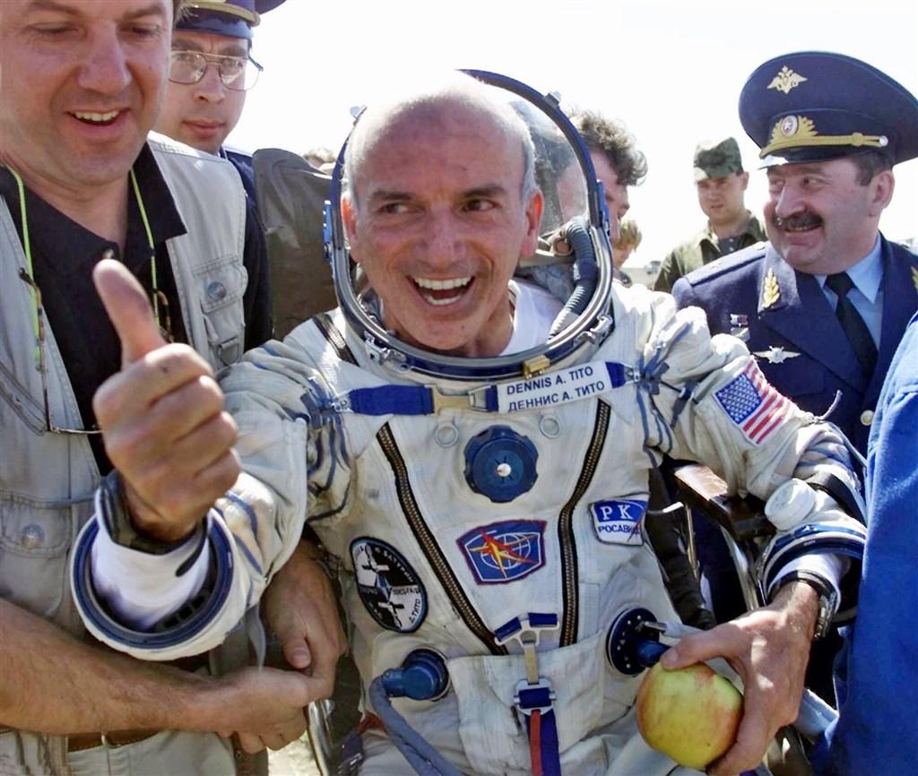 美國太空探索公司18日宣布,將與征服太空之旅公司合作,載送美國富豪狄托(中)等4名旅客抵達以往私人太空遊都未能觸及的高度。(美聯社)