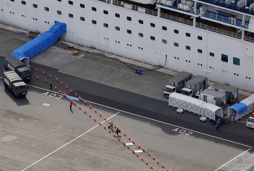 曾搭載過香港確診武漢肺炎乘客的鑽石公主號停泊在日本橫濱港外海隔離檢疫14天,船上約500名乘客19日陸續下船。(共同社提供)