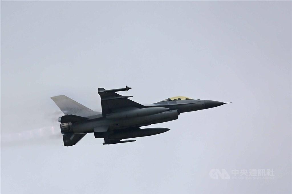 飛官上校蔣正志昨晚駕駛F-16戰機失聯迄今。雷達資料顯示,戰機在20秒內急墜7000呎。空軍司令熊厚基上將18日表示,戰機機械故障可能性低,不排除空間迷向。圖為F-16戰機同型機。(中央社檔案照片)