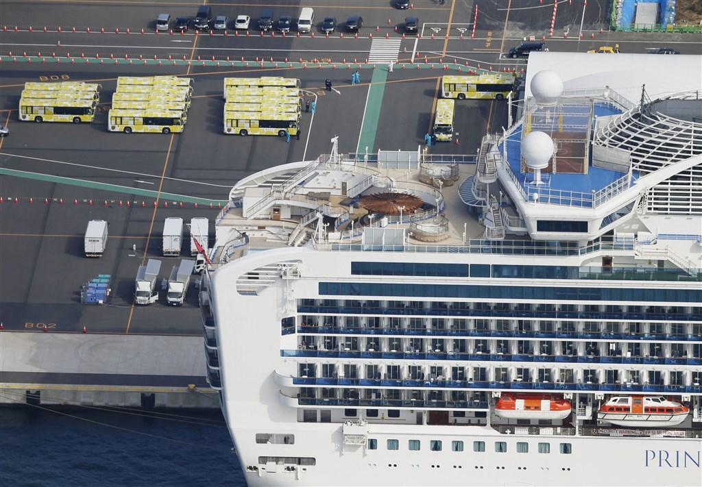 鑽石公主號因爆發武漢肺炎疫情,停泊在日本橫濱港防疫隔離14天期滿,檢測結果為陰性的數以百計乘客19日起便可下船。(共同社提供)