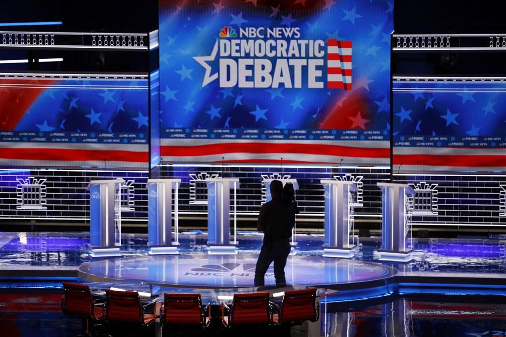 美國民主黨總統參選人16日表示樂於迎戰彭博,在2020年總統辯論會與他一較高下。圖為民主黨初選辯論會場。(美聯社)