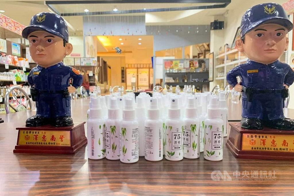 武漢肺炎疫情延燒,位於台南市安定區的生技公司捐贈一批噴霧式乾洗手液給台南市警察局,讓第一線員警執勤時可隨時清潔手部,盼有助防疫。中央社記者楊思瑞攝  109年2月20日