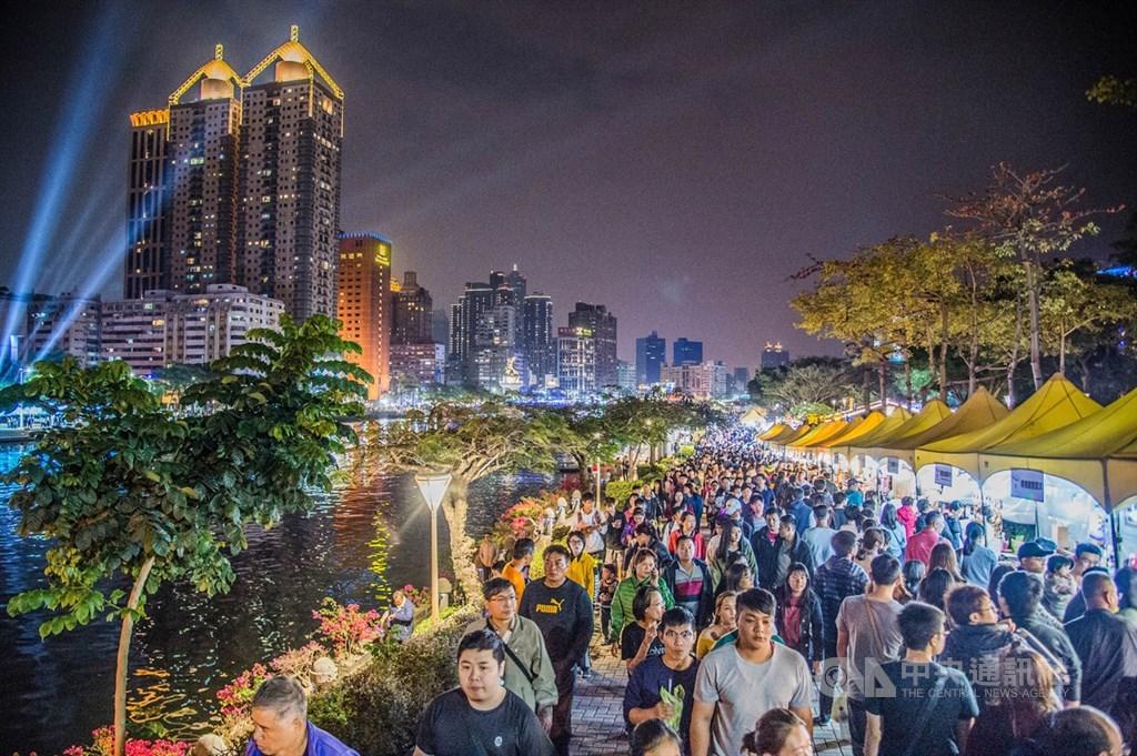 武漢肺炎疫情衝擊台灣觀光產業,交通部觀光局今天表示,觀光產業紓困5大措施,將從即日起陸續執行。圖為高雄市愛河右岸市集帶來觀光人潮。(中央社檔案照片)