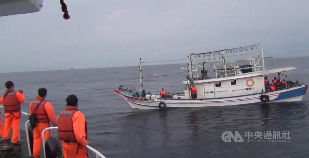 一艘基隆籍漁船20日凌晨在花瓶嶼海域失去動力且船艙進水,所幸透過基隆海巡隊及友船從旁協助,讓漁船平安返抵新北市萬里漁港。(翻攝畫面)中央社記者王朝鈺傳真 109年2月20日