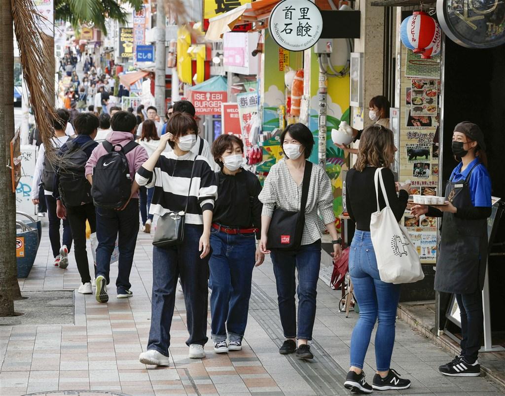 日本放送協會(NHK)報導,家住沖繩縣的80多歲男性確診感染武漢肺炎,為沖繩縣第3起病例。圖為沖繩國際通上許多遊客已戴上口罩。(檔案照片/共同社提供)
