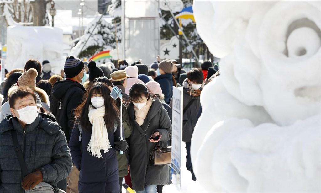 日本北海道札幌市政府20日宣布,道內確診第5例武漢肺炎,個案在札幌雪祭期間都在會場負責事務工作。圖為民眾參加札幌雪祭。(共同社提供)