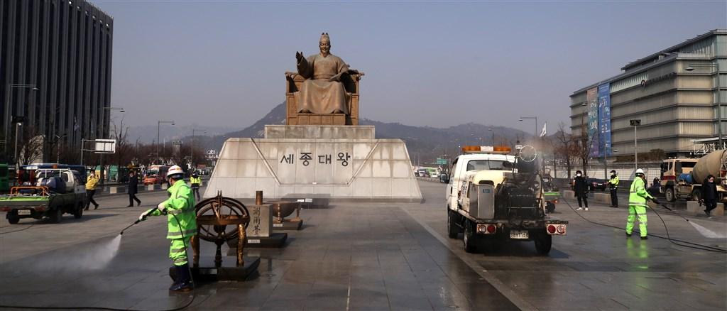 中央流行疫情指揮中心20日下午宣布,南韓旅遊疫情建議提升至第一級注意。圖為南韓政府在首爾光化門廣場消毒。(韓聯社提供)