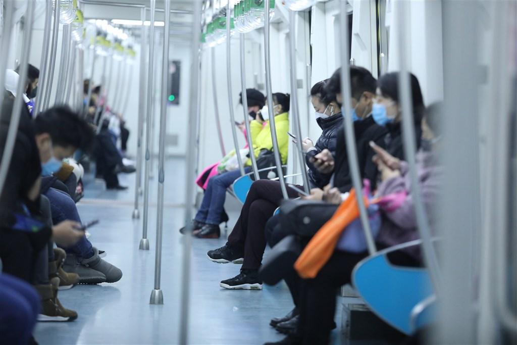 中國國家衛生健康委員會通報,19日武漢肺炎新增死亡病例114例;新增確診病例394例,比18日通報大減1355例。圖為民眾戴口罩搭乘北京地鐵。(中新社提供)