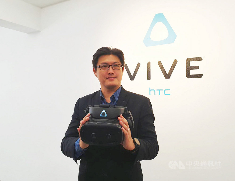 宏達電宣布推出完整的VIVE Cosmos系列,其中包括3款全新的VIVE Cosmos系列頭戴式顯示器,與3款可換式面板模組,分別為VIVE Cosmos Elite、XR、Play。中央社記者江明晏攝 109年2月20日