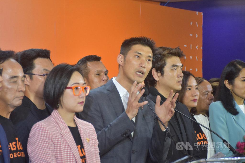 泰國未來前進黨21日遭憲法法院解散,黨魁他納通(中)表示將以未來前進之名成立一個新的社會團體,繼續未來前進黨未竟之業。中央社記者呂欣憓曼谷攝 109年2月21日