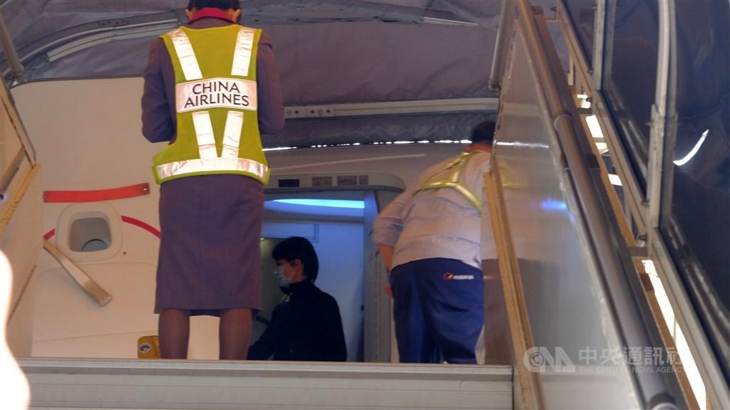 政府派華航包機到日本接回鑽石公主號郵輪滯留的台灣民眾,21日上午班機已在機棚待命,機組人員也進行最後消毒清潔等準備作業。中央社記者管瑞平攝 109年2月21日