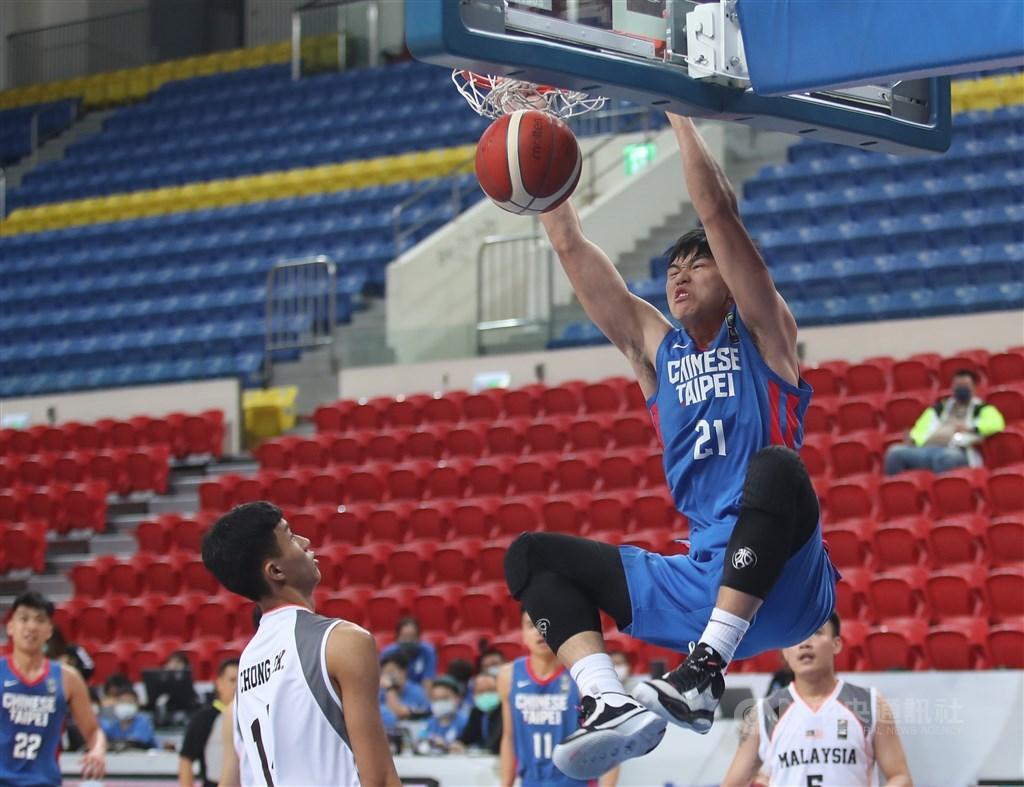 亞洲盃男籃資格賽21日在台北和平籃球館舉行,中華隊選手曾祥鈞(右)強攻禁區灌籃得分,幫助球隊最終以152比48擊敗馬來西亞隊。中央社記者張新偉攝 109年2月21日