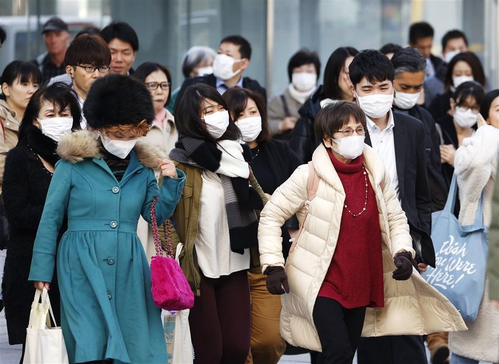 日本石川縣一名50多歲縣政府職員21日確診感染武漢肺炎,是石川縣首例,他在發病前2週並無中國旅遊史,曾在12日至14日間到東京出差。圖為東京銀座街頭大多數民眾戴口罩。(共同社提供)