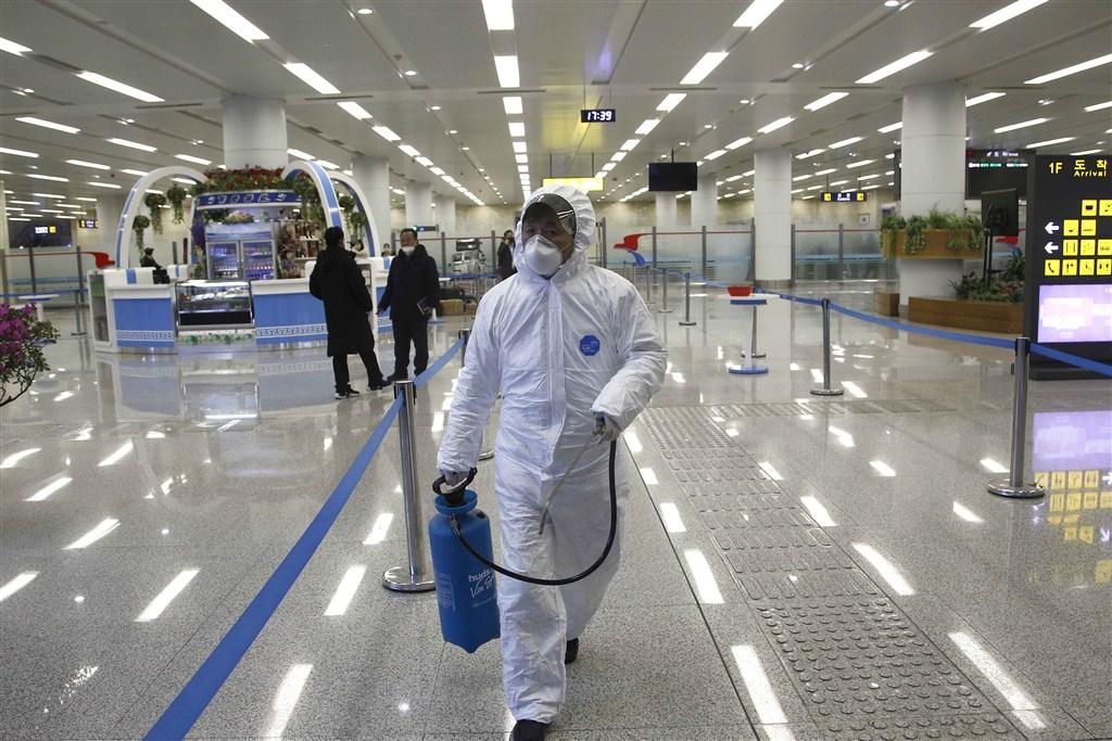北韓官方媒體24日報導,平壤當局已對大約380名外籍人士採取隔離措施,以防止境內爆發武漢肺炎疫情。圖為身穿防護服的北韓工作人員在平壤國際機場執行消毒作業。(檔案照片/美聯社)
