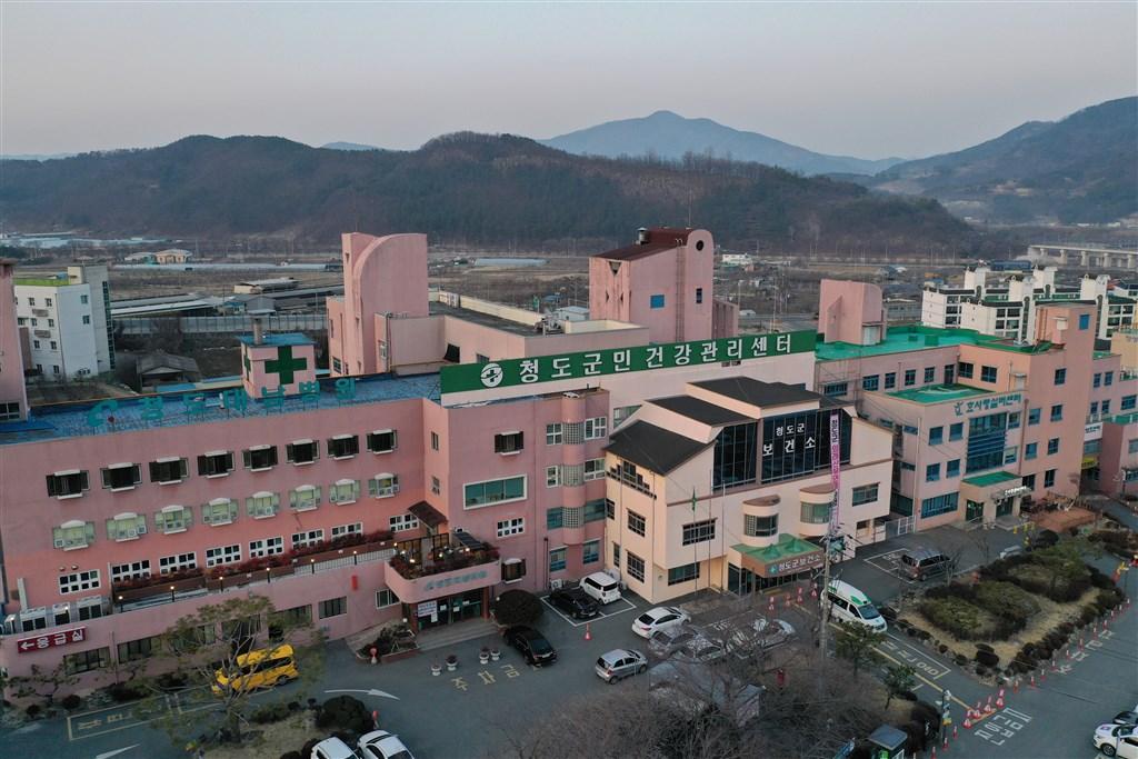 位於韓國慶尚北道清道郡的大南醫院(圖)爆發武漢肺炎群聚感染,韓媒報導,其中包括5名護理師。(韓聯社提供)
