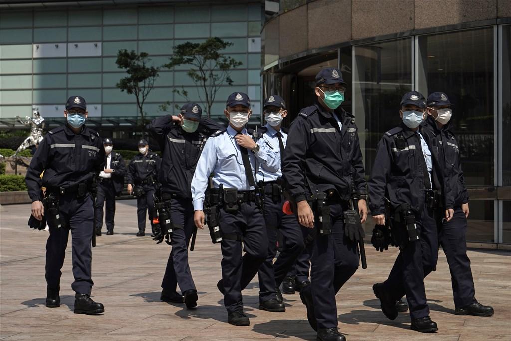 香港21日新增3名武漢肺炎確診病例,其中一人是駐守北角警署的鎮暴警察,他18日感冒還去參加一場警務人員退休派對。(示意圖/美聯社)