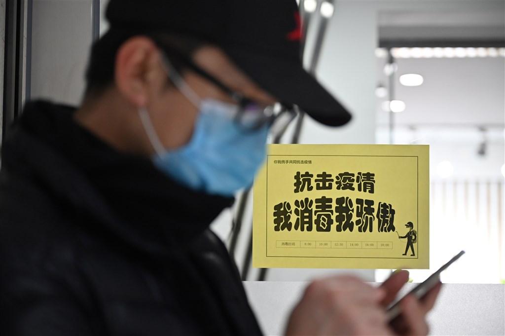 華爾街日報刊登評論文章標題含「東亞病夫」字眼,觸怒中國政府,旗下3名記者遭驅逐。圖為中國復工後,北京全民防疫。(中新社提供)