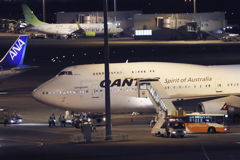 澳洲當局21日表示,兩名從鑽石公主號郵輪撤離的澳洲人,經檢驗呈冠狀病毒陽性。圖為澳洲公民撤離搭載的飛機停靠東京羽田機場。(美聯社)
