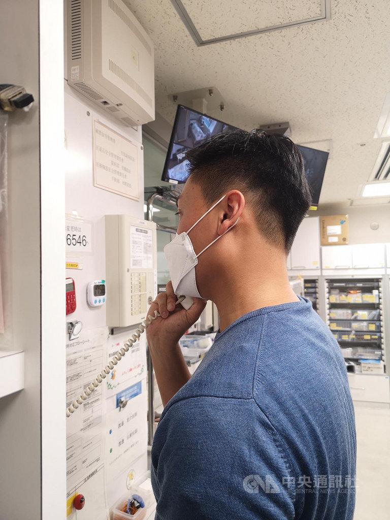 郵輪鑽石公主號上有66名港人感染武漢肺炎,正在當地協助他們的香港立法會議員鄭泳舜說,燃眉之急是找尋翻譯。圖為鄭泳舜在當地醫院與病患通話。(鄭泳舜提供)中央社記者張謙香港傳真 109年2月21日