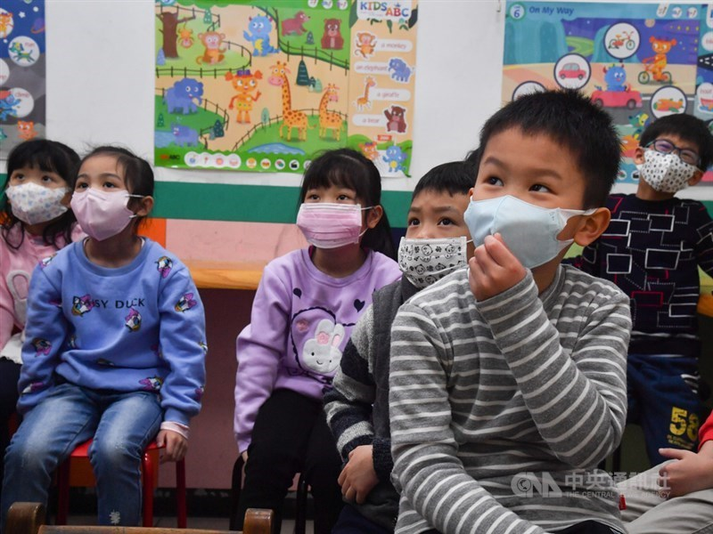 口罩實名制6日上路,其中若要領取兒童口罩必須持12歲以下兒童健保卡才可以領,中央流行疫情指揮中心21日表示,考慮將領取年齡放寬至13歲或15歲。(示意圖/中央社檔案照片)