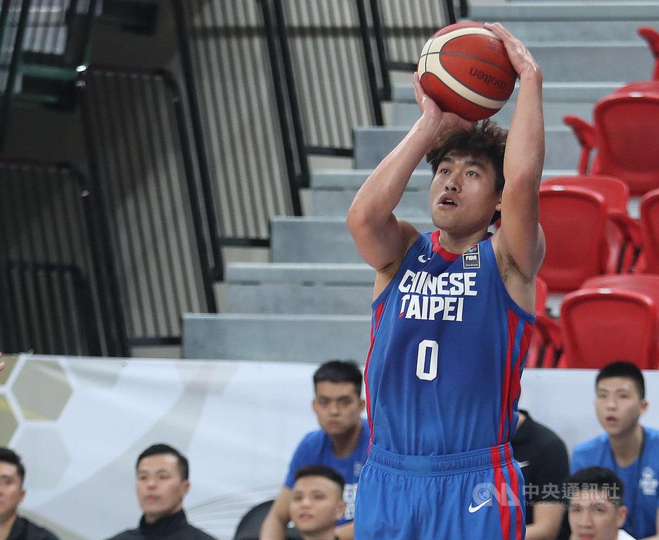 亞洲盃男籃資格賽21日晚間點燃戰火,儘管「關門」開打,中華隊仍以強勢火力輕取馬來西亞隊,以152比48大獲全勝。圖為中華隊黃鎮在三分線上出手。中央社記者張新偉攝 109年2月21日