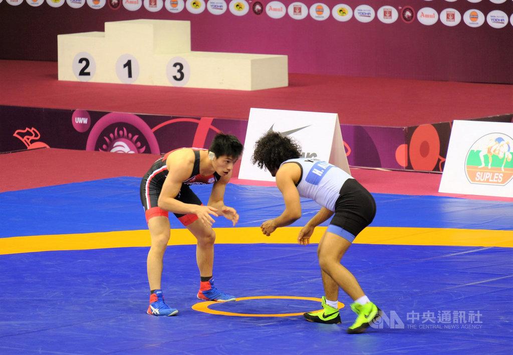 中華隊男子角力選手張育軒(左)在日本參加奧運資格賽集訓,雖然耳朵撕裂傷,他仍包裹傷口到印度參加角力亞錦賽,22日與葉門選手比賽獲勝,傷口卻裂開。中央社記者康世人新德里攝  109年2月22日