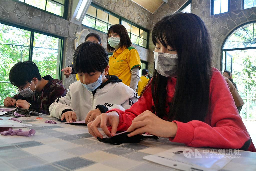 醫療口罩留給第一線,新北市愛心育幼院生在教堂內細心縫製布口罩,將回饋給社區弱勢家庭。中央社記者黃旭昇新北攝 109年2月22日