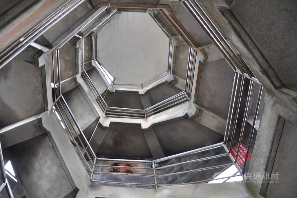 宜蘭頭城頭城濱海森林公園內的八角樓,內部中空式迴旋樓梯動線讓人有旋轉意象,不論從上或是往下拍,加上光線折射,都能拍出不同風格意境,呈現建築與藝術之美,近年已成為民眾打卡朝聖熱點。中央社記者沈如峰宜蘭縣攝 109年2月22日