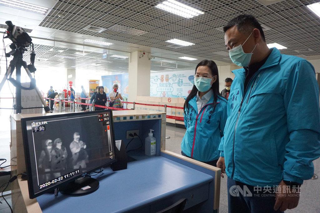 金門尚義機場22日起實施紅外線監測儀體溫監測,縣長楊鎮浯(右)中午率相關單位視察首日實施的機場入境防疫整備情形,希望加強防疫強度,阻絕疫情於境外。中央社記者黃慧敏攝 109年2月22日