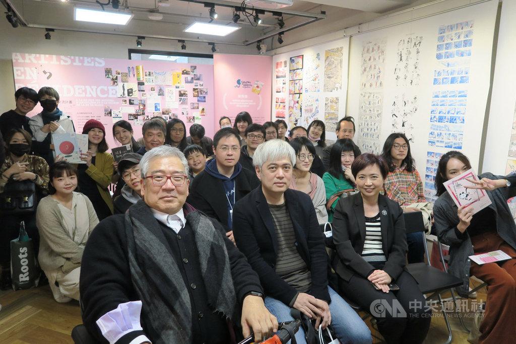 文化部在台灣漫畫基地舉辦特展「從台灣到安古蘭:73位漫畫家的開拓之旅」,文化部人文及出版司司長陳瑩芳(前右2)、2020年台灣館策展人郝明義(前左)與多名漫畫家出席與會。中央社記者陳政偉攝 109年2月22日
