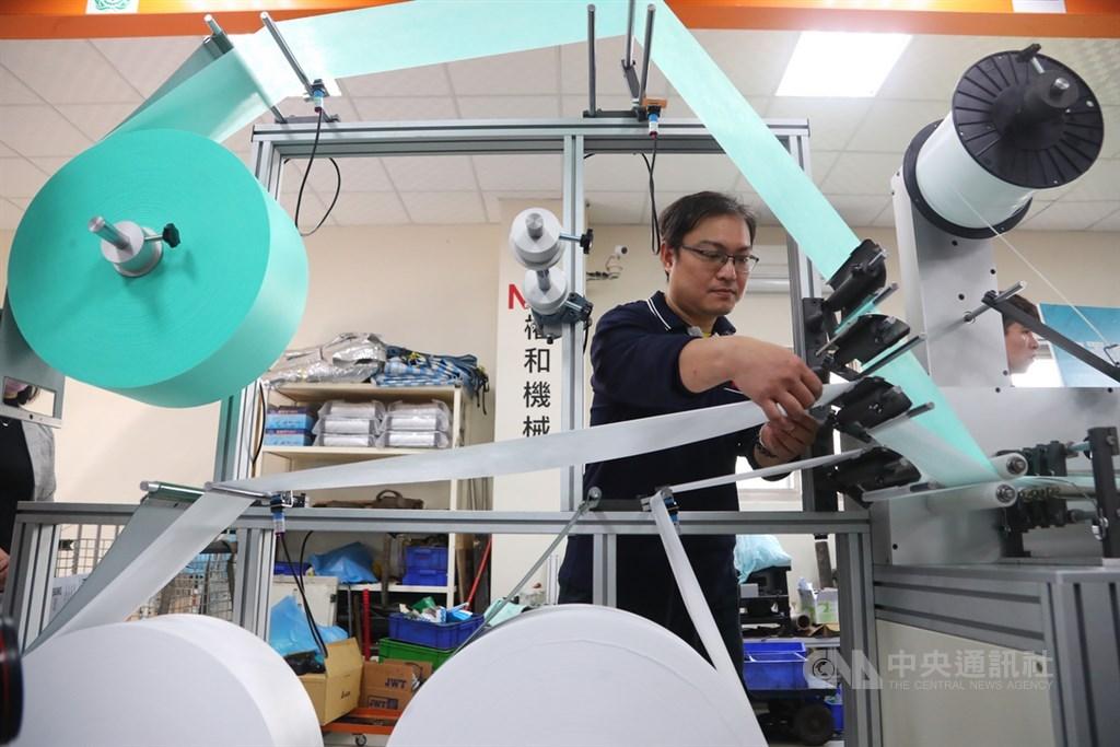 經濟部指出,在工具機相挺、國家隊助攻下,3月初可以日產1000萬片口罩。圖為工作人員檢查口罩生產機組狀況。中央社記者王騰毅攝 109年2月14日