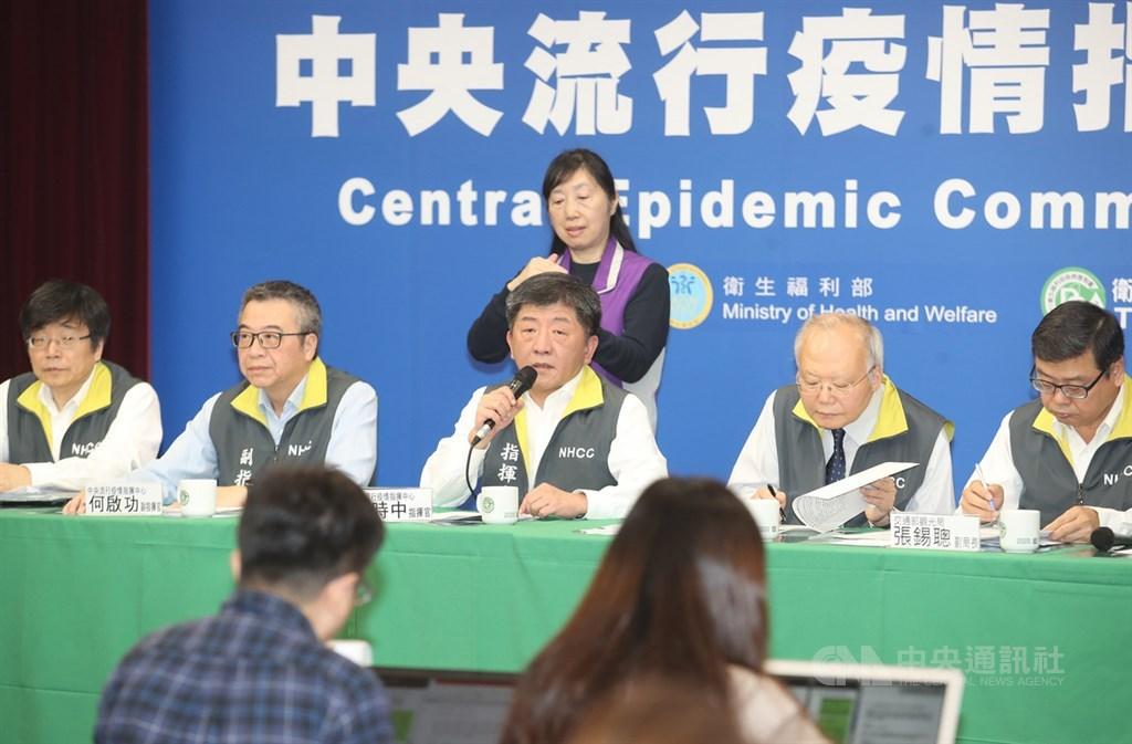 北部一名60多歲婦人日前確診武漢肺炎,是國內第24例確診個案。中央流行疫情指揮中心指揮官陳時中(前中)22日宣布,該個案1月30日以後接觸的134名醫護人員全數陰性,排除院內感染,但為求保險仍將接觸者擴大至465人。中央社記者張新偉攝 109年2月22日