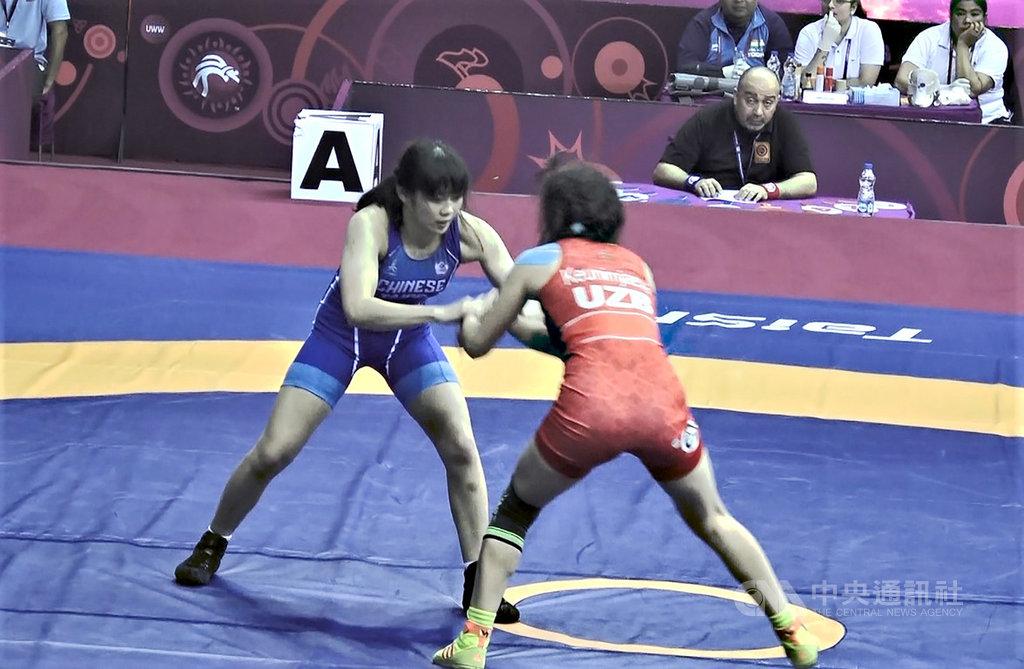 53公斤級女子自由式角力選手邱若慈(左)曾在台灣大小角力賽事拿下金牌,她21日在印度舉辦的亞洲角力錦標賽與烏茲別克選手激戰,最後拿下勝利。中央社記者康世人新德里攝 109年2月22日