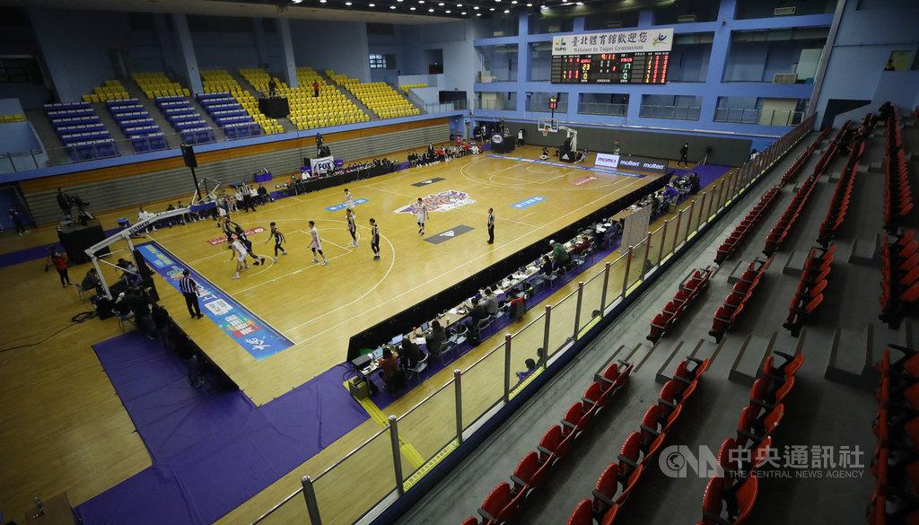 108學年度大專籃球聯賽(UBA)男子組8強賽22日在台北體育館開打,受武漢肺炎疫情影響,本屆改採閉門比賽,不開放一般觀眾入場。中央社記者張新偉攝 109年2月22日