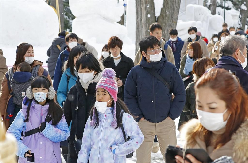 武漢肺炎疫情延燒,中央流行疫情指揮中心22日提升日韓旅遊疫情建議至第二級。觀光局表示,依規定旅客要求退費,業者收的補償費,在扣除必要費用後不得逾5%。圖為日本札幌觀光客。(檔案照片/共同社提供)
