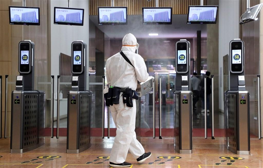 韓國中央防疫對策本部通報,22日下午再添武漢肺炎確診病例87例,單日通報達229例,全國累計433例。(韓聯社提供)